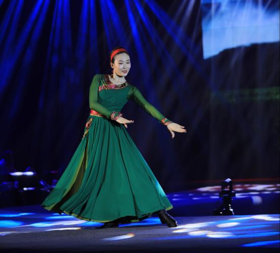 选手李修谊在才艺单项赛上展示蒙古族舞蹈《美丽的草原我的家》