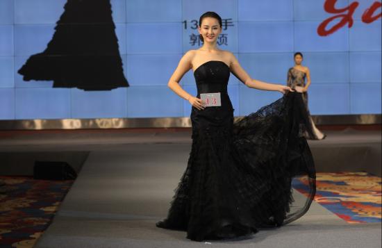 选手们在超模单项赛上展示王大诚高级订制晚装。