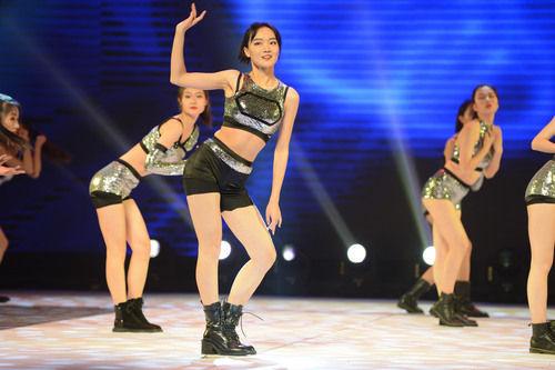 """內(na)蒙古高(gao)校服裝(zhuang)設計(ji)與表(biao)演畢業展演 大(da)學生舞台""""綻放"""""""