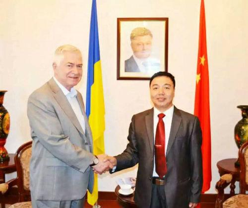 乌克兰第二任总统库奇马亲切接见著名画家敖特