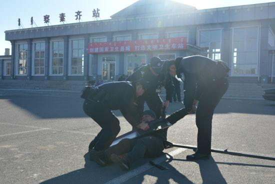 察素齐车站派出所联合多部门开展反恐防暴应