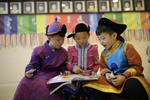 世界读书日:内蒙古小朋友蒙古包听故事图片