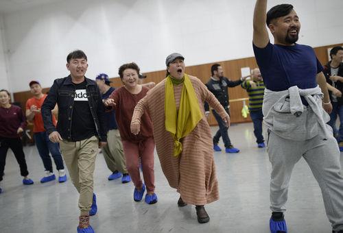 演员排练节目《牧民歌唱共产党》