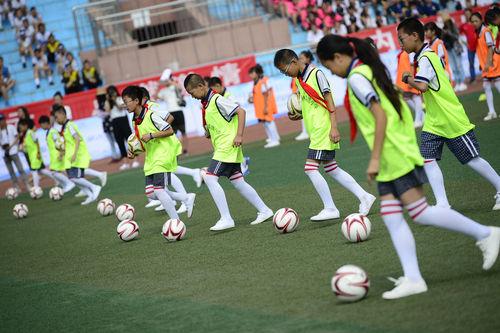 共17支足球队,300余多名运动员参与,开幕式上小学生表演的自编足球操