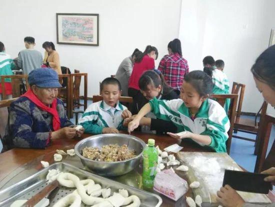 """内蒙古各地多种形式""""献礼""""重阳节"""