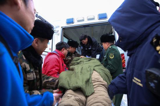 立冬时节:珠恩嘎达布其边检站紧急救助暖人心