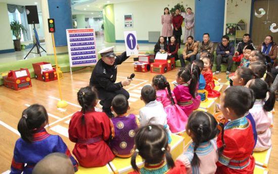 呼和浩特交警走进幼儿园 带着萌娃学安全