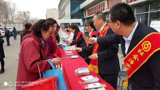 学习贯彻新思想 共建平安塞外城 中国银行内蒙古自治区分行积极参加综治宣传日活动