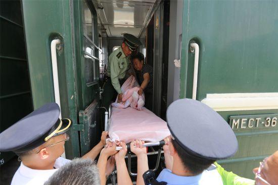内蒙古边检官兵救助一名在蒙古国突发脑�j血的中国旅客