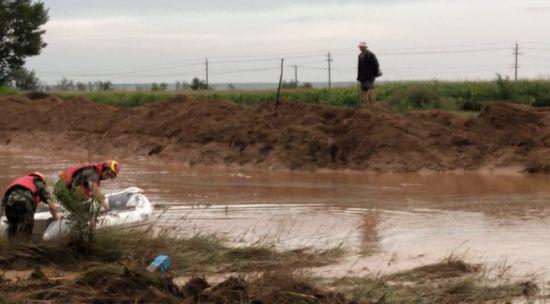 突降大雨发生山洪 3位牧民被困消防员急救