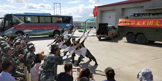 解放军文工团与苏尼特左旗乌兰牧骑走进某连慰